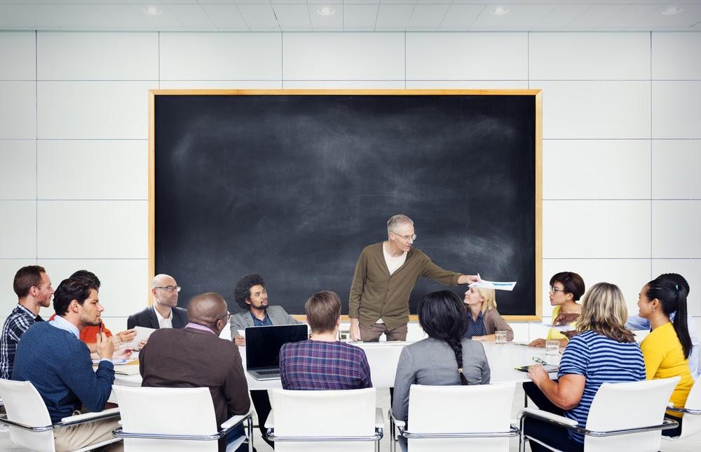 grupo de adultos estudando