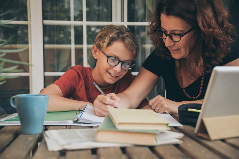 mãe e filho estudando em casa